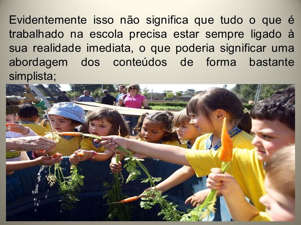 Os conteúdos que a escola explora devem servir para que o estudante desenvolva novas formas de compreender e interpretar a realidade, questionar, discordar, propor soluções, ser um leitor crítico do mundo que o rodeia.