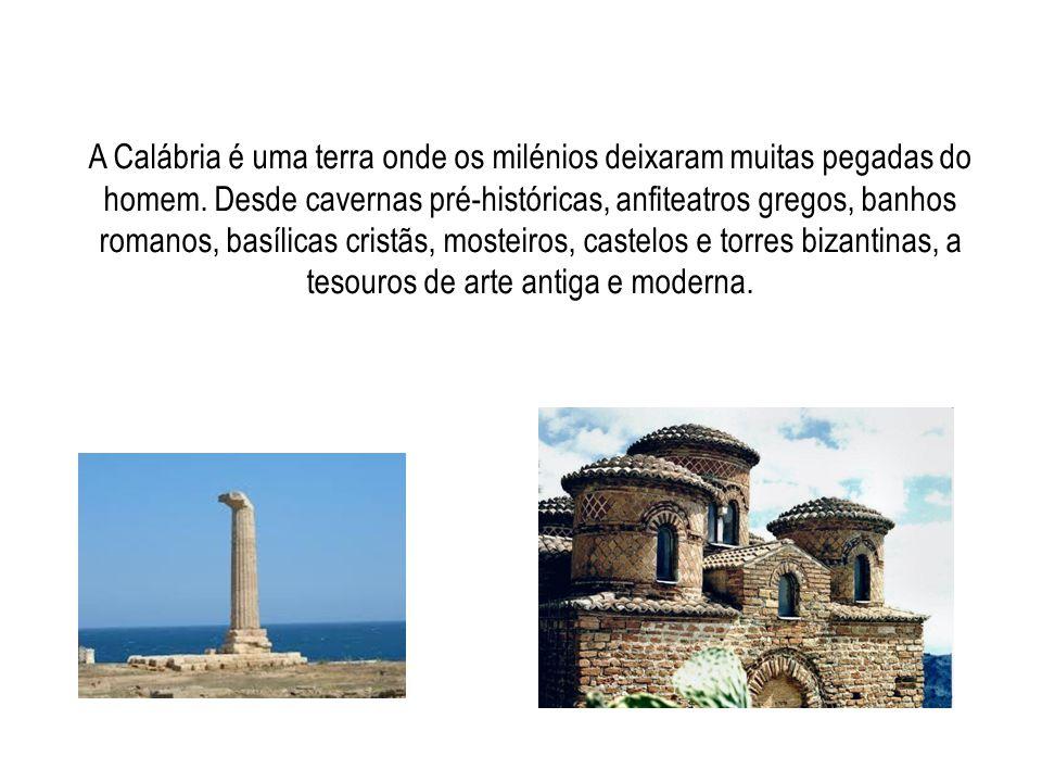 A Calábria é uma terra onde os milénios deixaram muitas pegadas do homem. Desde cavernas pré-históricas, anfiteatros gregos, banhos romanos, basílicas