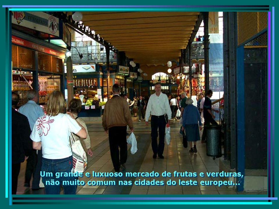 O luxuoso Mercado Central, com escadas rolantes e praça de alimentação, mais parecendo um shopping...