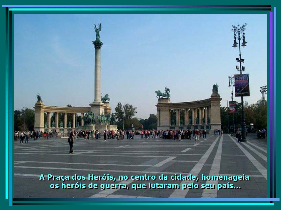 Castelo de Budapeste às margens do Rio Danúbio e próximo à mais bela das 9 pontes sobre o rio – a Ponte Széchenyi Lánchíd...