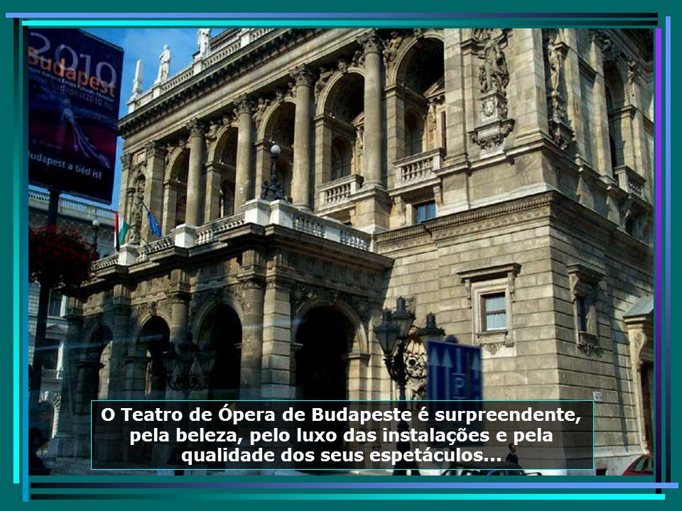 A Praça dos Heróis, no centro da cidade, homenageia os heróis de guerra, que lutaram pelo seu país...