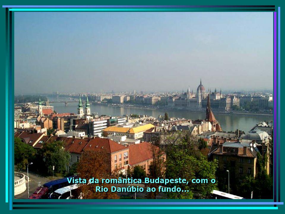 O Bastion dos Pescadores, às margens do rio, dele se tem uma vista privilegiada da cidade e do Rio Danúbio...