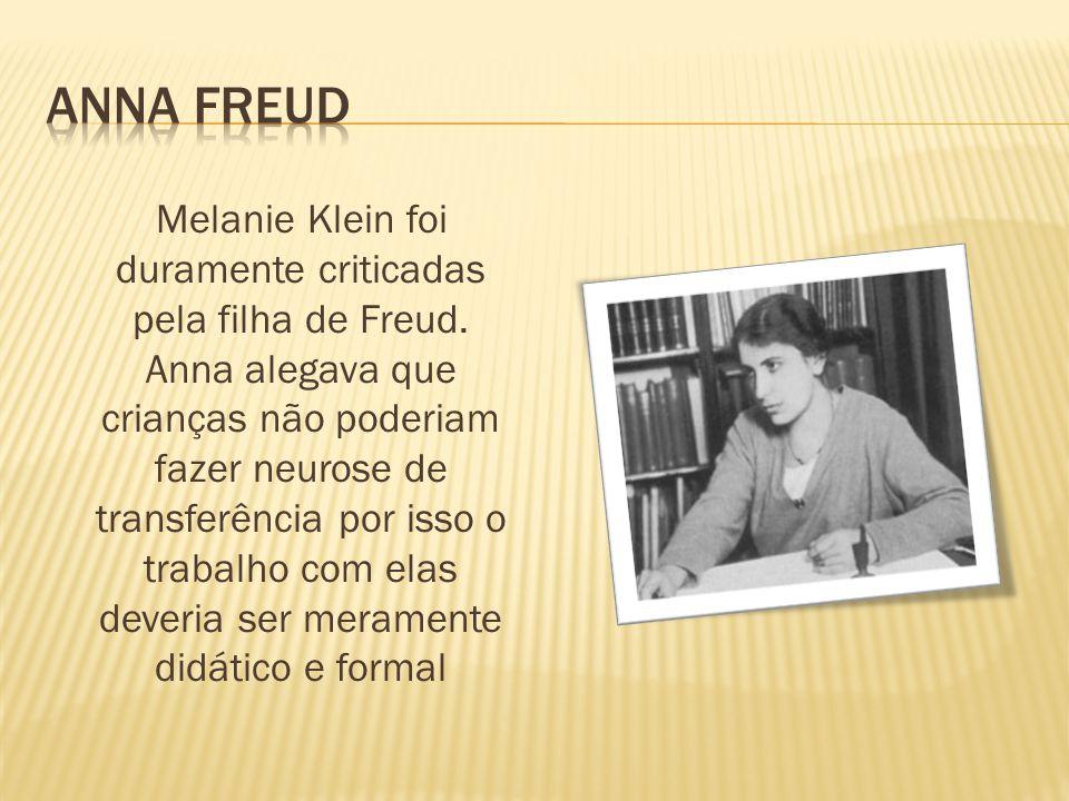 Melanie Klein foi duramente criticadas pela filha de Freud. Anna alegava que crianças não poderiam fazer neurose de transferência por isso o trabalho