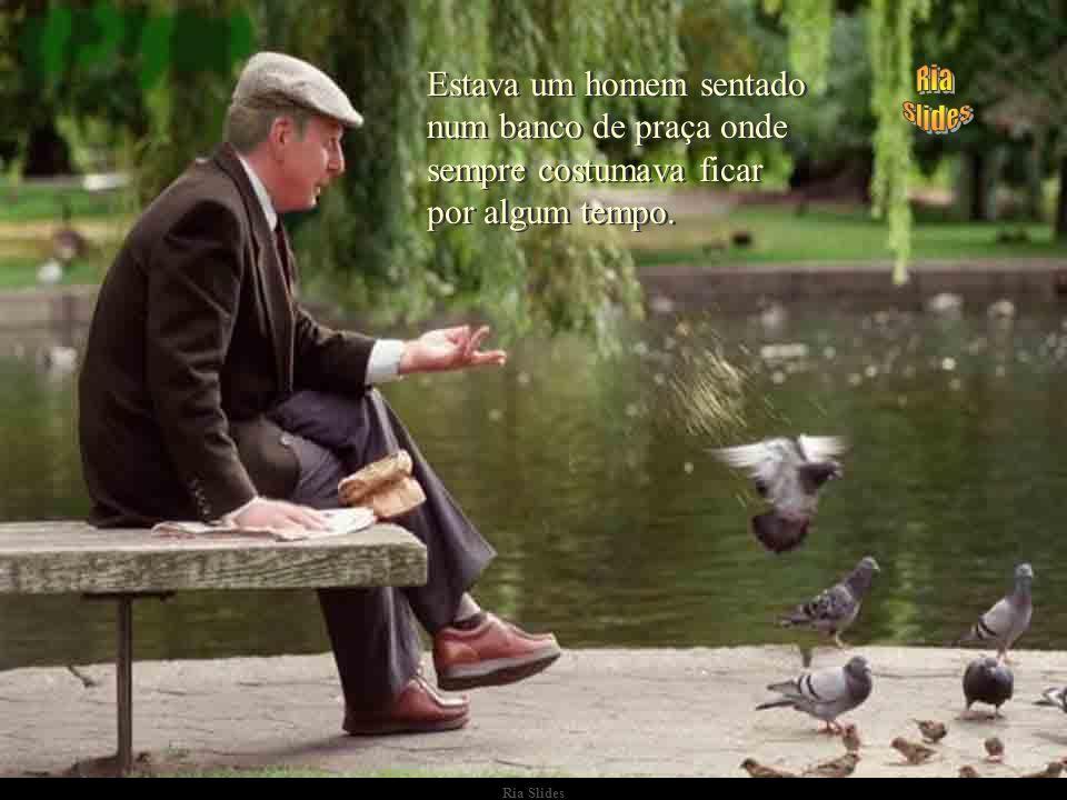 Ria Slides Estava um homem sentado num banco de praça onde sempre costumava ficar por algum tempo.