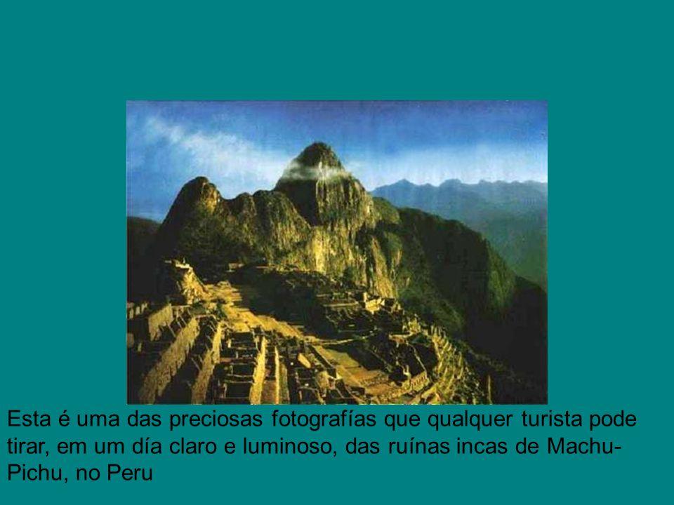 Esta é uma das preciosas fotografías que qualquer turista pode tirar, em um día claro e luminoso, das ruínas incas de Machu- Pichu, no Peru