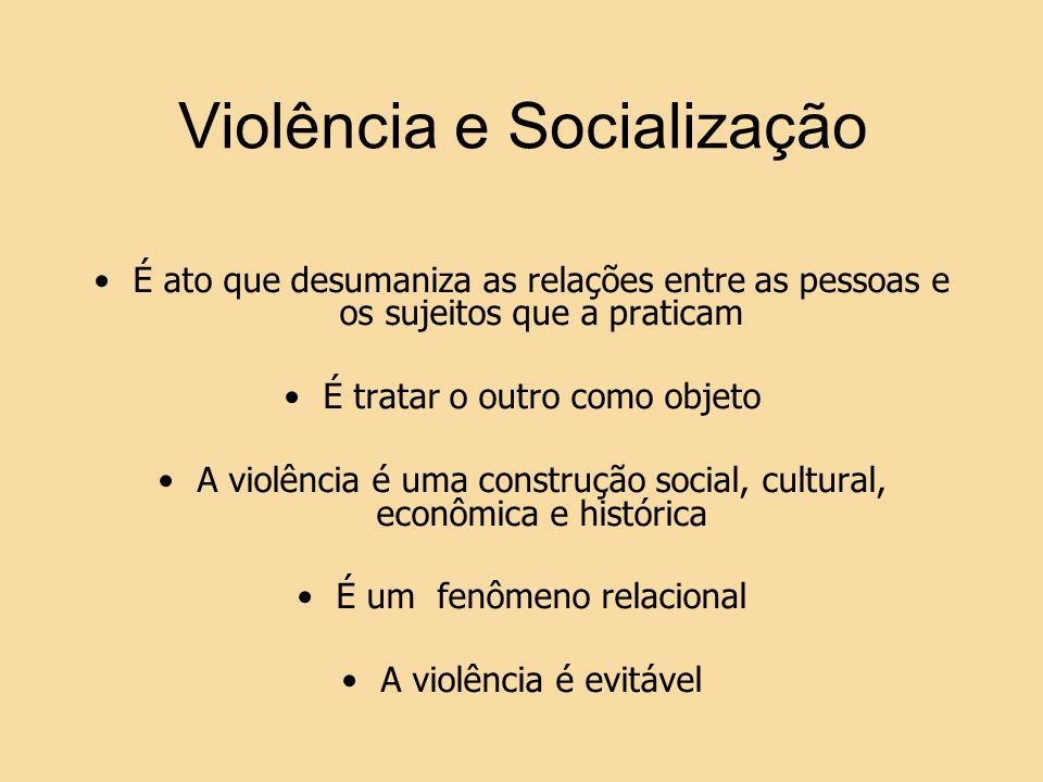 Violência e Socialização É ato que desumaniza as relações entre as pessoas e os sujeitos que a praticam É tratar o outro como objeto A violência é uma