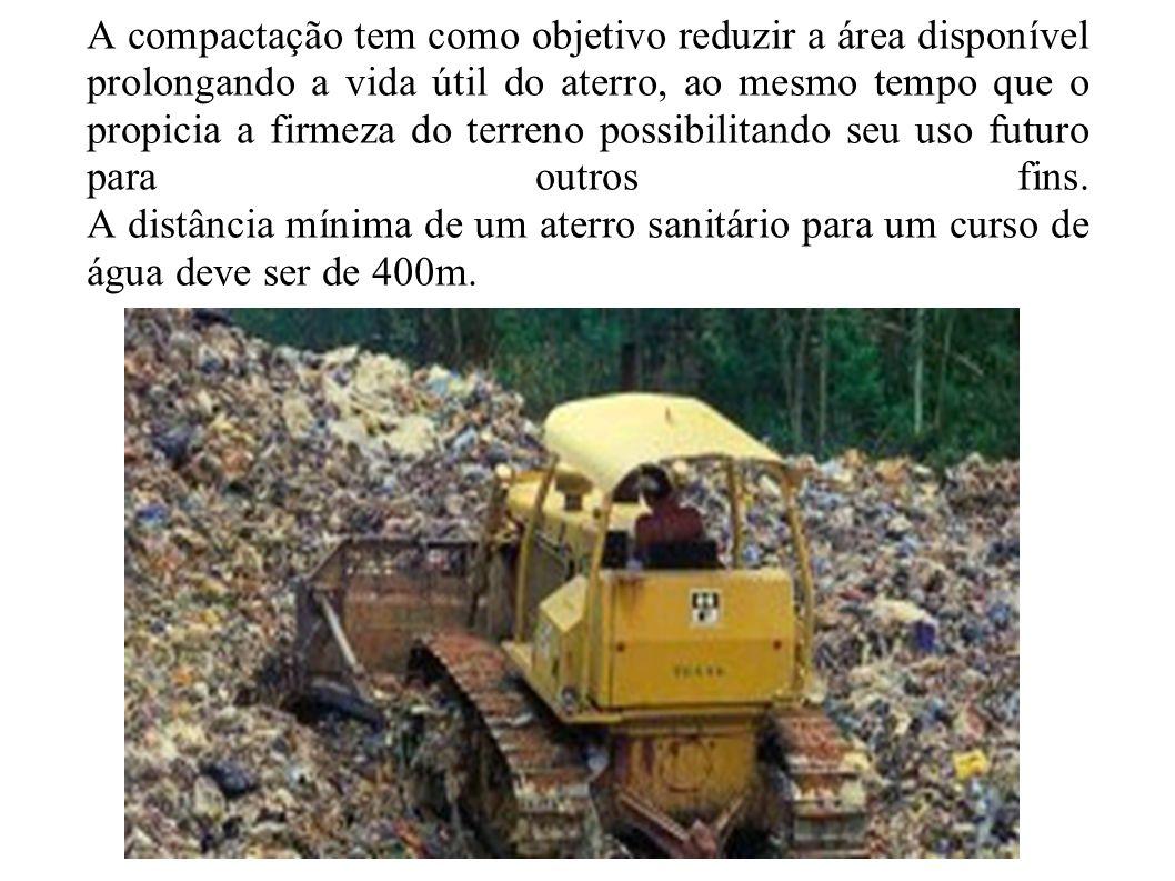 A compactação tem como objetivo reduzir a área disponível prolongando a vida útil do aterro, ao mesmo tempo que o propicia a firmeza do terreno possib