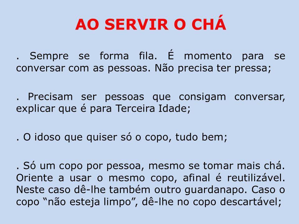 AO SERVIR O CHÁ.