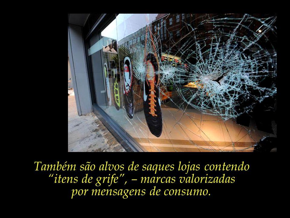 Saqueadores atacam vitrines e depósitos de lojas, carregando principalmente equipamentos eletrônicos, – celulares, computadores, TVs de plasma, entre
