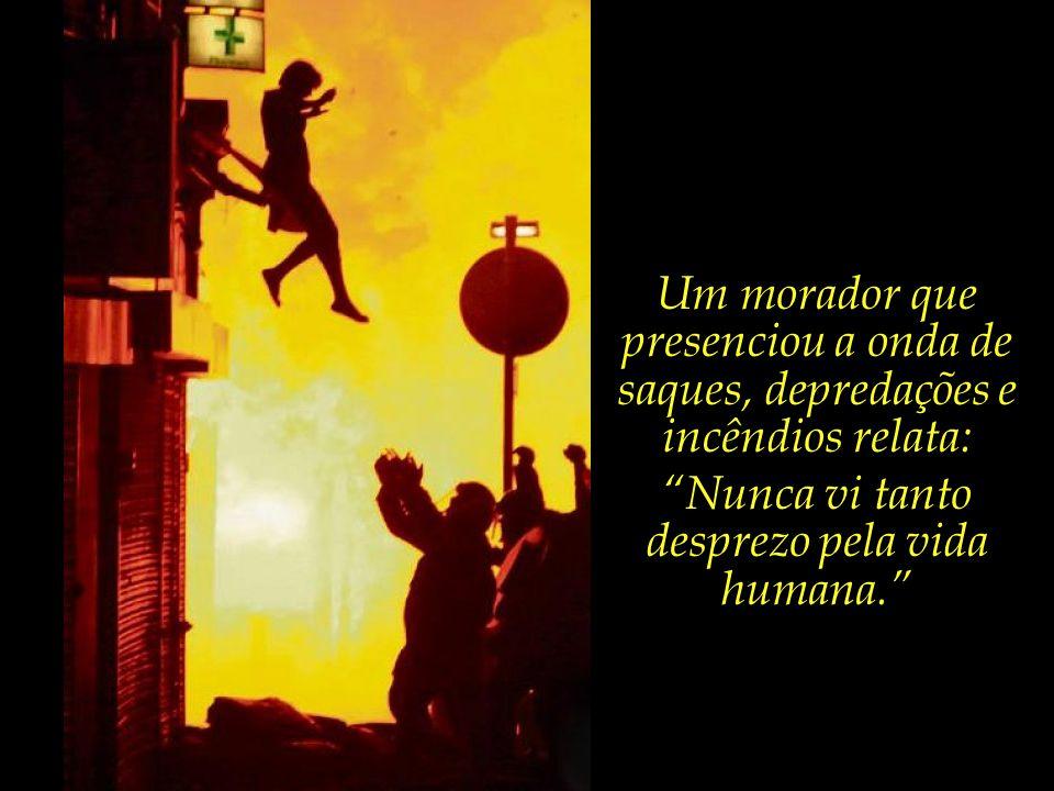 A jovem moça, cujo apartamento fica acima de uma loja de móveis que foi incendiada, salta numa desesperada fuga das chamas.