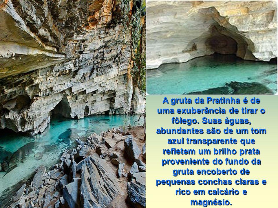 A gruta da Pratinha é de uma exuberância de tirar o fôlego. Suas águas, abundantes são de um tom azul transparente que refletem um brilho prata proven