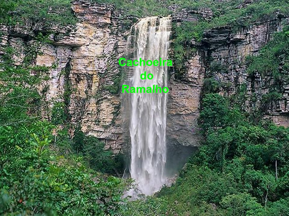 Um dos maiores atrativos da Chapada são as grutas subterrâneas com águas cristalinas dentro, como o Poço Encantado e o Poço Azul.