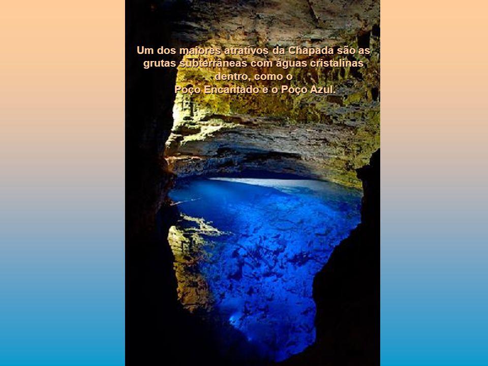Um dos maiores atrativos da Chapada são as grutas subterrâneas com águas cristalinas dentro, como o Poço Encantado e o Poço Azul. Poço Encantado e o P