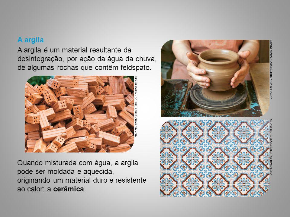 Quando misturada com água, a argila pode ser moldada e aquecida, originando um material duro e resistente ao calor: a cerâmica. PHONPROM/OHOI / SHUTTE