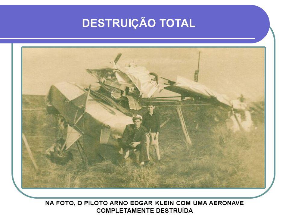 NA FOTO, O PILOTO ARNO EDGAR KLEIN COM UMA AERONAVE COMPLETAMENTE DESTRUÍDA DESTRUIÇÃO TOTAL