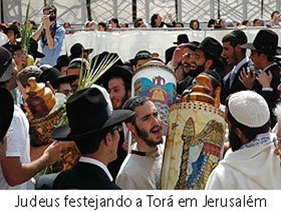 Há diversas tradições e doutrinas dentro do judaísmo, criadas e desenvolvidas conforme o tempo e os eventos históricos sobre a comunidade judaica, os quais são seguidos em maior ou em menor grau pelas diversas ramificações judaicas conforme sua interpretação do judaísmo.