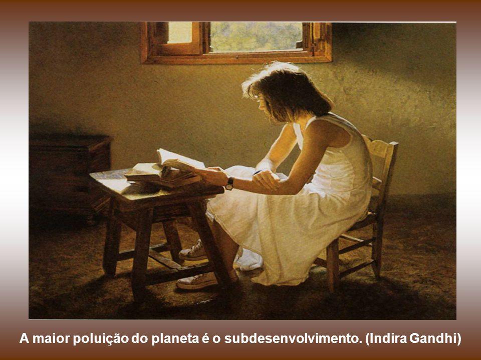 O amor jamais reclama; dá sempre. O amor tolera, jamais se irrita, nunca se vinga. (Indira Gandhi)