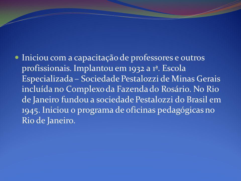 Iniciou com a capacitação de professores e outros profissionais.