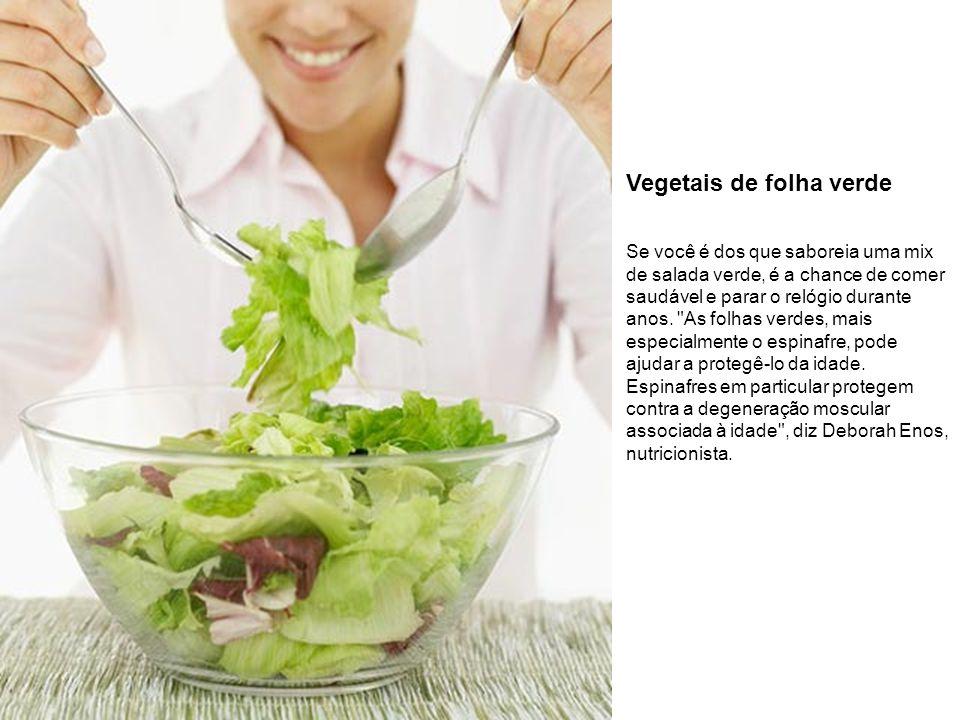 Vegetais de folha verde Se você é dos que saboreia uma mix de salada verde, é a chance de comer saudável e parar o relógio durante anos.