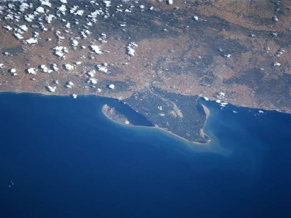 Estas primeiras fotos, de um satélite, mostram-nos o começo do anoitecer de um qualquer dia no Brasil.
