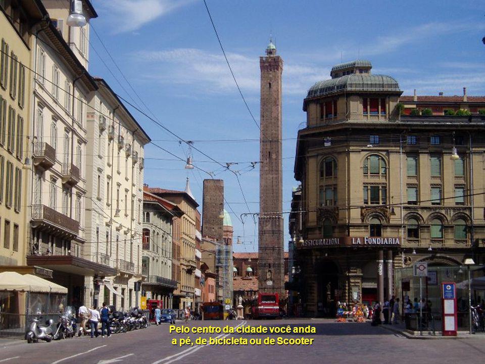 Entardecemos na Bologna de 370.000 habitantes