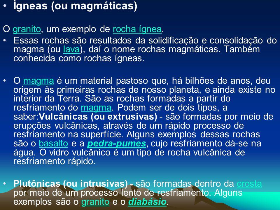 Ígneas (ou magmáticas) O granito, um exemplo de rocha ígnea.granitorocha ígnea Essas rochas são resultados da solidificação e consolidação do magma (o