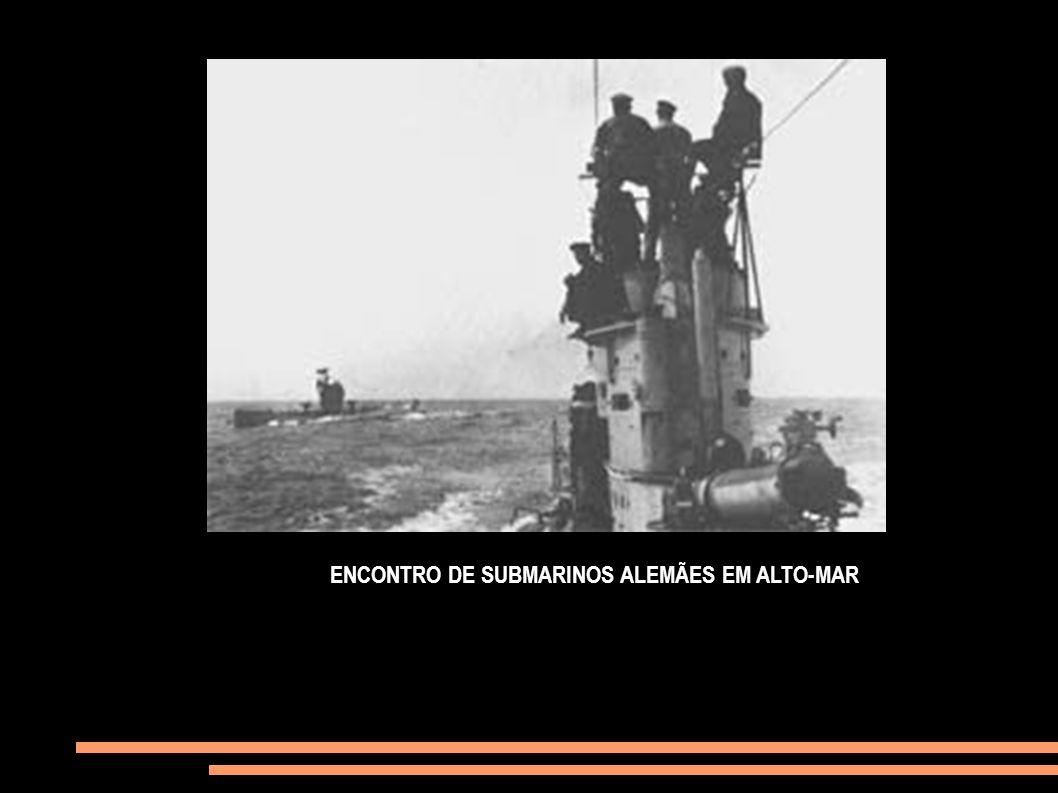 ENCONTRO DE SUBMARINOS ALEMÃES EM ALTO-MAR