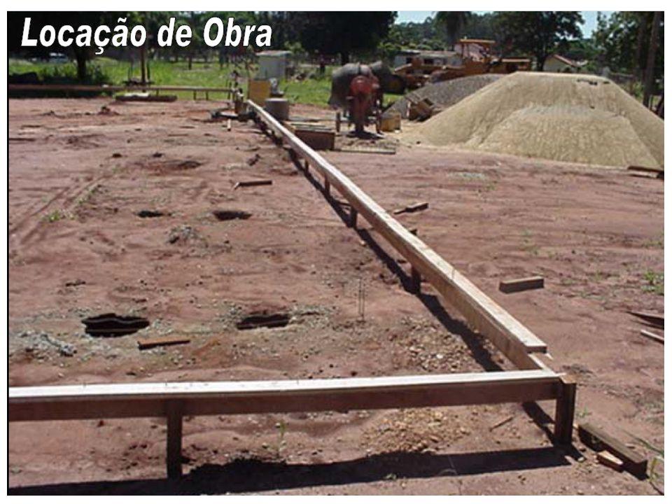 Locação da obra Após escolhido o terreno, feito a sondagem, desenhado o projeto e realizado a escavação do terreno, deve-se proceder com a locação da obra.