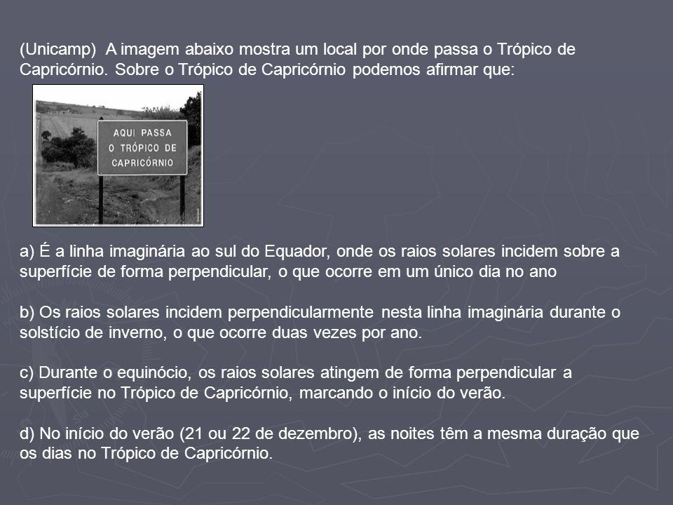 (Unicamp) A imagem abaixo mostra um local por onde passa o Trópico de Capricórnio. Sobre o Trópico de Capricórnio podemos afirmar que: a) É a linha im