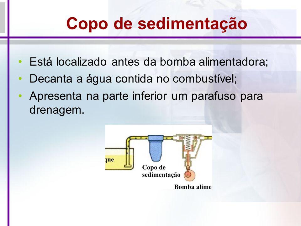 Copo de sedimentação Está localizado antes da bomba alimentadora; Decanta a água contida no combustível; Apresenta na parte inferior um parafuso para drenagem.