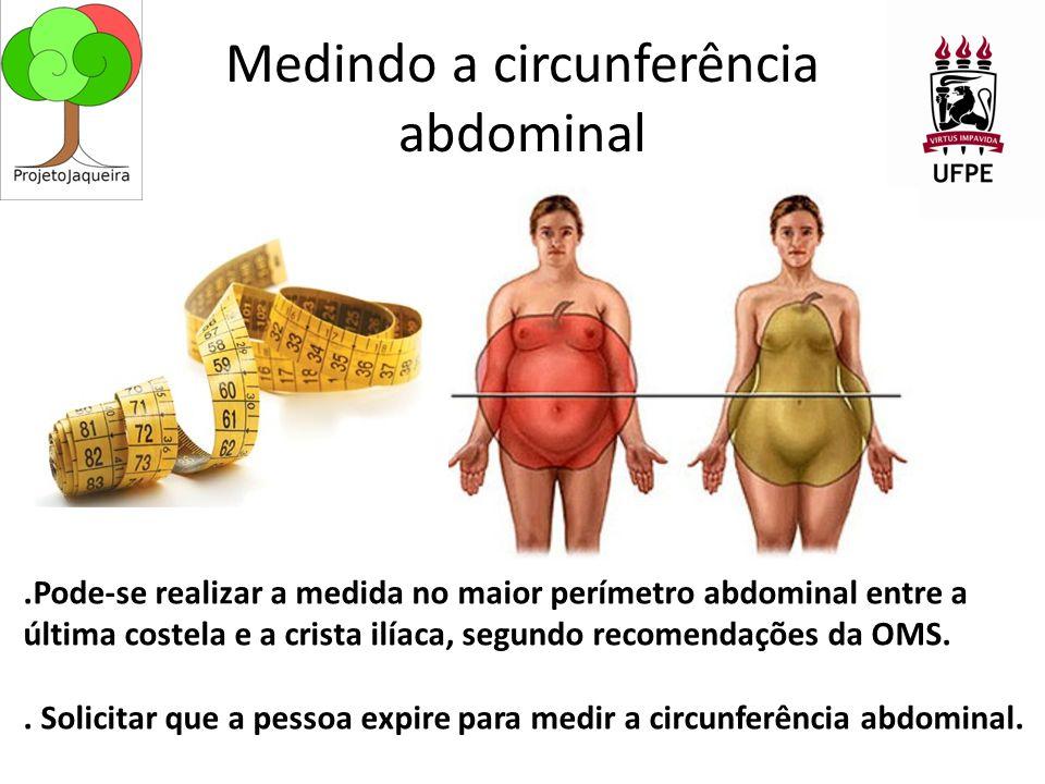 Medindo a circunferência abdominal.Pode-se realizar a medida no maior perímetro abdominal entre a última costela e a crista ilíaca, segundo recomendações da OMS..