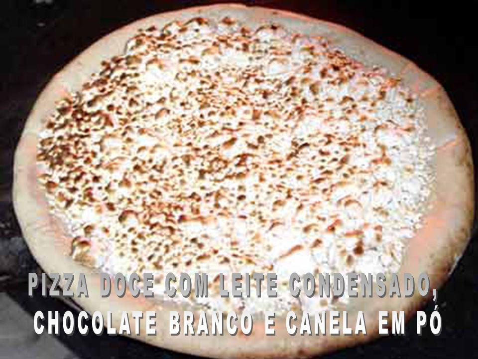PIZZA DOCE COM LEITE CONDENSADO, CHOCOLATE BRANCO E CANELA EM PÓ