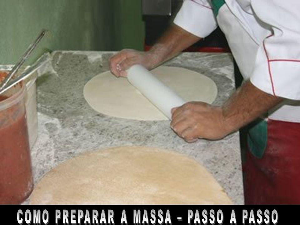 Massa para pizza tipo italiana receita para 1 pizza para 2 Gulosos Ingredientes 250g de farinha de trigo 5g de sal fino 12,5g de levedura de cerveja (fermento de padeiro) 125g de água 12,5g de azeite extra virgem
