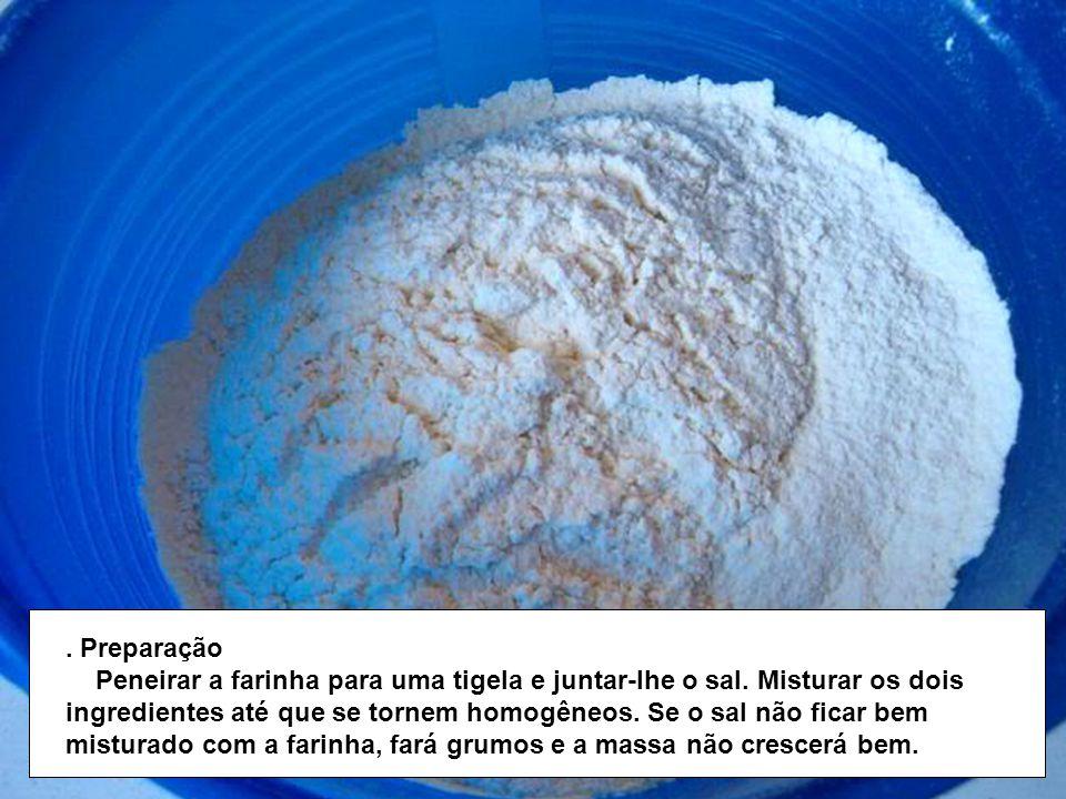 Preparação Peneirar a farinha para uma tigela e juntar-lhe o sal.