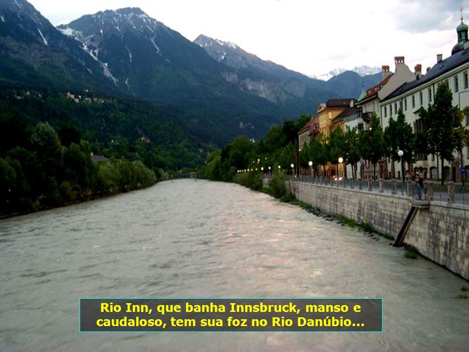 Innsbruck é capital do estado do Tirol. Sua população atual é de 128 mil habitantes. Uma cidade onde a arquitetura clássica e a tradição européia, se
