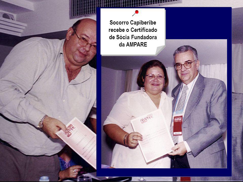 Dr. Ricardo Paiva recebe de Wagner Maia o Certificado de Sócio Benemérito da AMPARE Socorro Capiberibe recebe o Certificado de Sócia Fundadora da AMPA