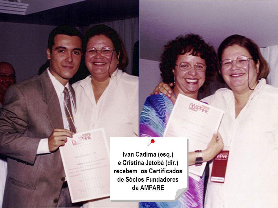 Ivan Cadima (esq.) e Cristina Jatobá (dir.) recebem os Certificados de Sócios Fundadores da AMPARE