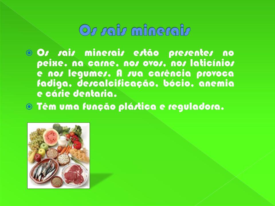 Os sais minerais estão presentes no peixe. na carne, nos ovos, nos laticínios e nos legumes. A sua carência provoca fadiga, descalcificação, bócio, an