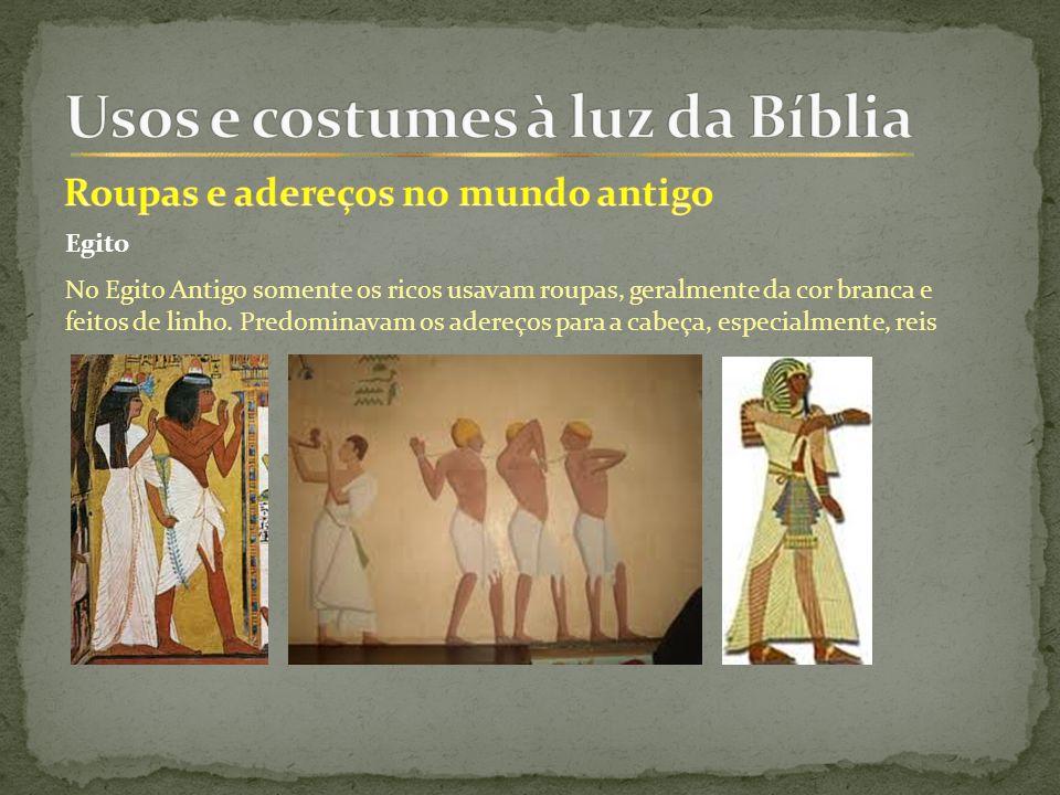Egito No Egito Antigo somente os ricos usavam roupas, geralmente da cor branca e feitos de linho.