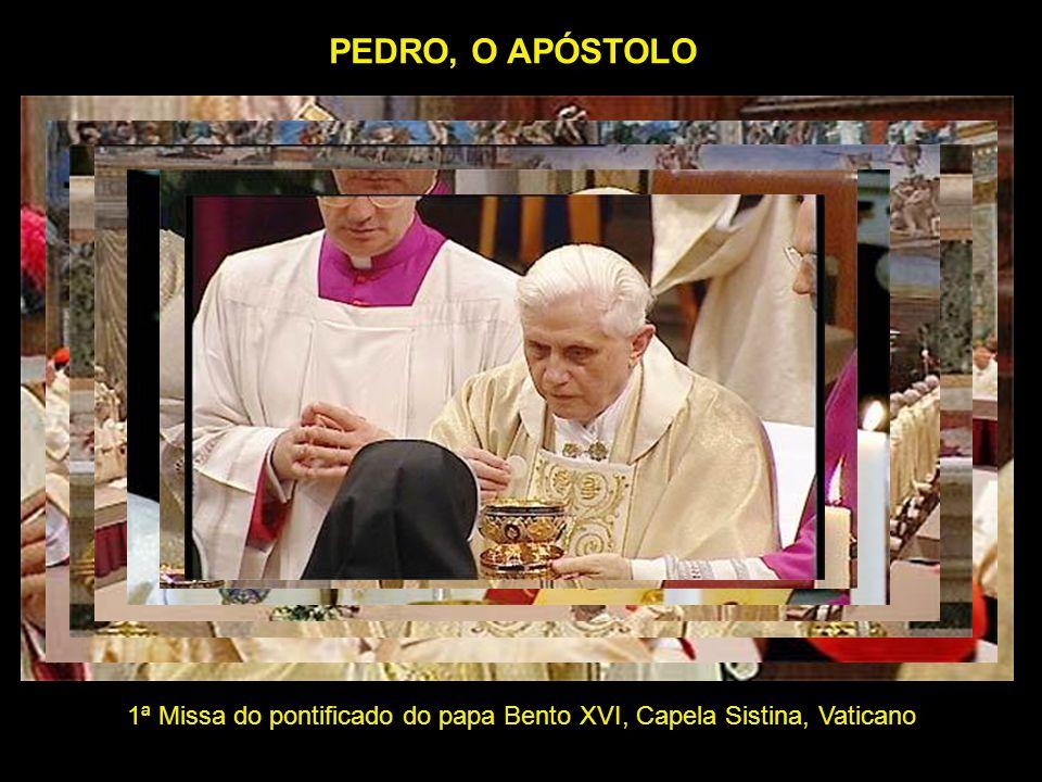 Flagrante da celebração em que Dom Alberto Taveira Corrêa, arcebispo de Belém, Pa, Amazônia do Brasil, vestia o Palio, que recebeu do papa Bento XVI, no Vaticano, sendo ajudado pelos monsenhores Marcelino e Possidônio, na Catedral de Belém.