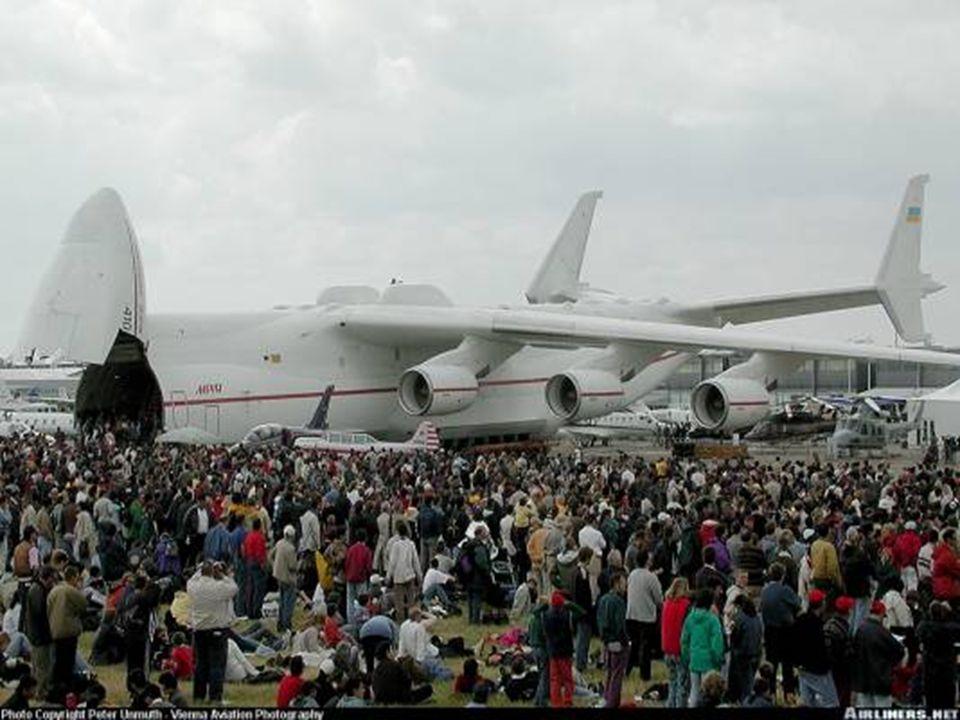 Tiveram que retirar os outros aviões só para ele estacionar: