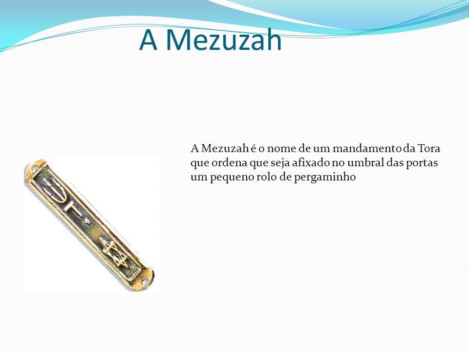 A Mezuzah A Mezuzah é o nome de um mandamento da Tora que ordena que seja afixado no umbral das portas um pequeno rolo de pergaminho