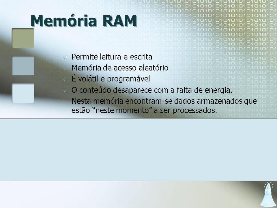 Memória RAM Permite leitura e escrita Memória de acesso aleatório É volátil e programável O conteúdo desaparece com a falta de energia. Nesta memória