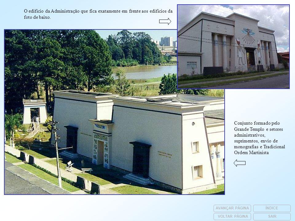 O edifício da Administração que fica exatamente em frente aos edifícios da foto de baixo. Conjunto formado pelo Grande Templo e setores administrativo