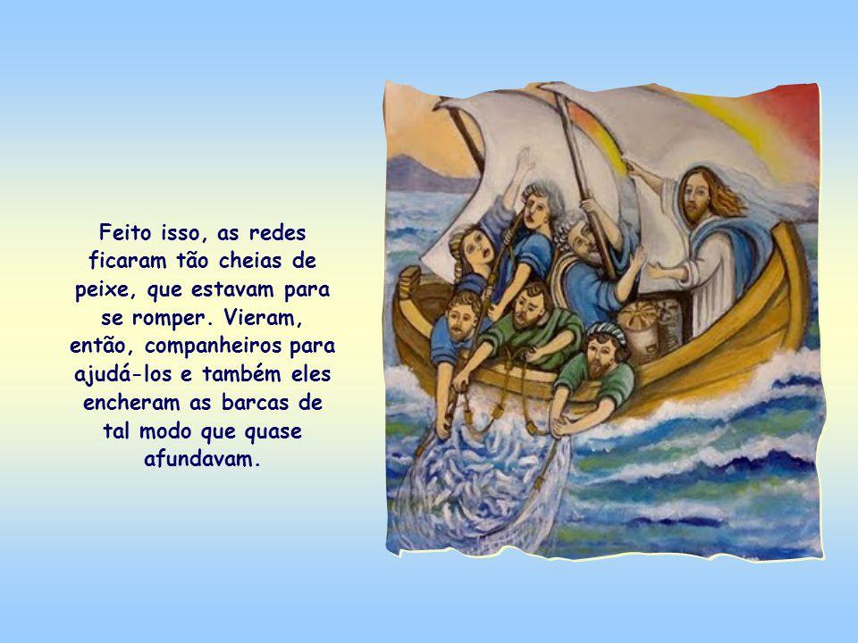 Jesus estava sentado na barca. Quando acabou de ensinar às multidões, disse a Simão e seus companheiros que lançassem as redes de pesca ao mar. E Simã