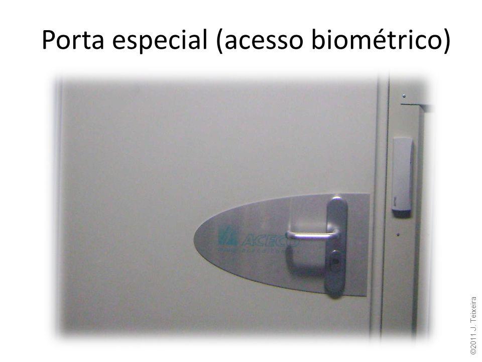 Porta especial (acesso biométrico) ©2011 J. Teixeira