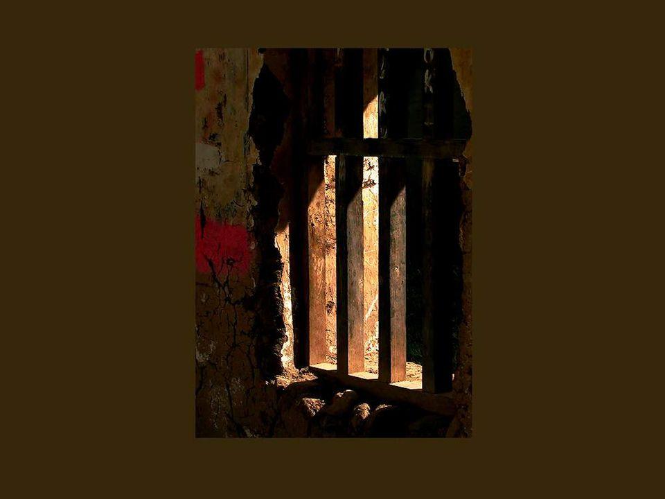 Mas existem ainda, infelizmente, as janelas das prisões e dos esconderijos.