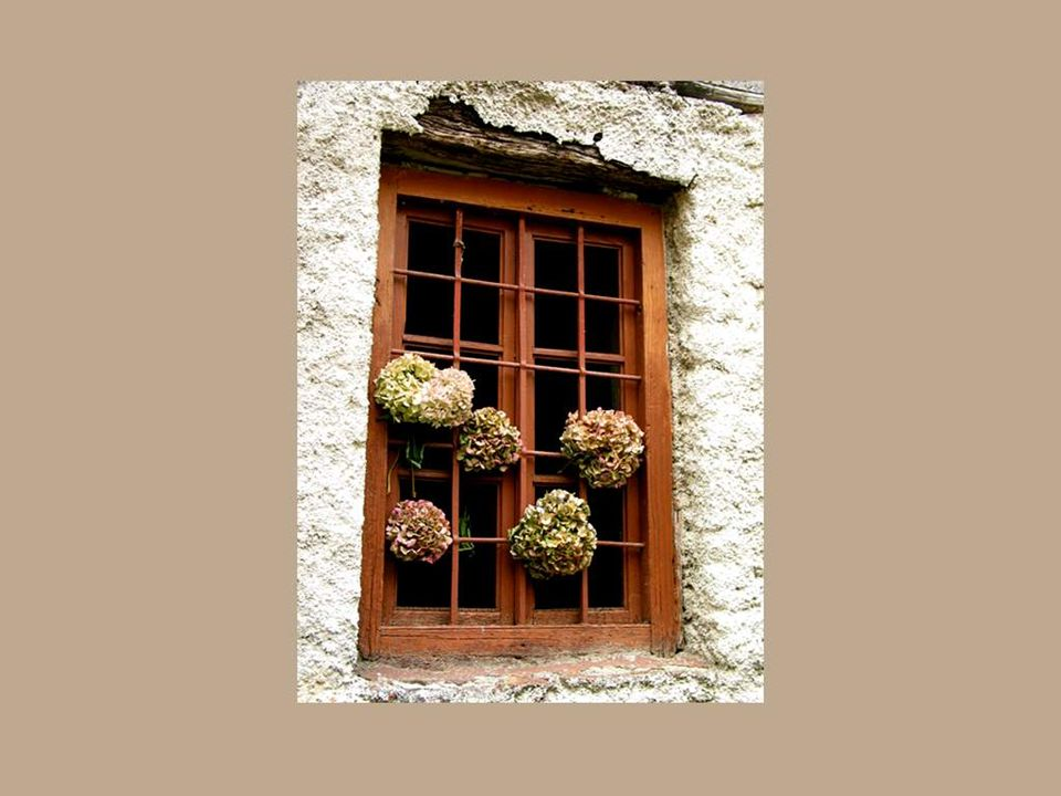Há também as janelas das paredes velhas que abrem um espaço para o passado e os ancestrais...