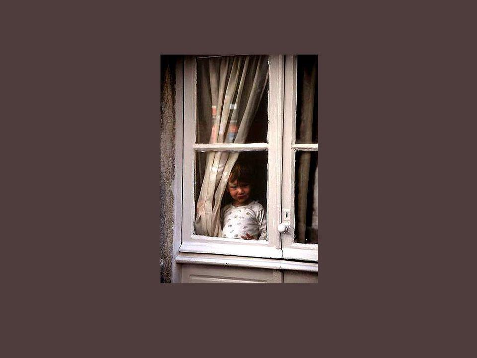 Existem janelas indiscretas que permitem uma olhadela sobre a pobreza, sobre os infelizes e as crianças abandonadas, nas casas frias e sem alma...