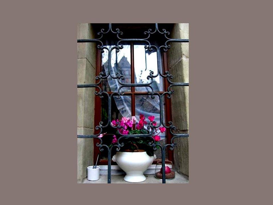 A janela é a ligação entre o interior e o exterior. Ela fica a meio caminho entre a natureza livre e o confinamento por trás dos muros...